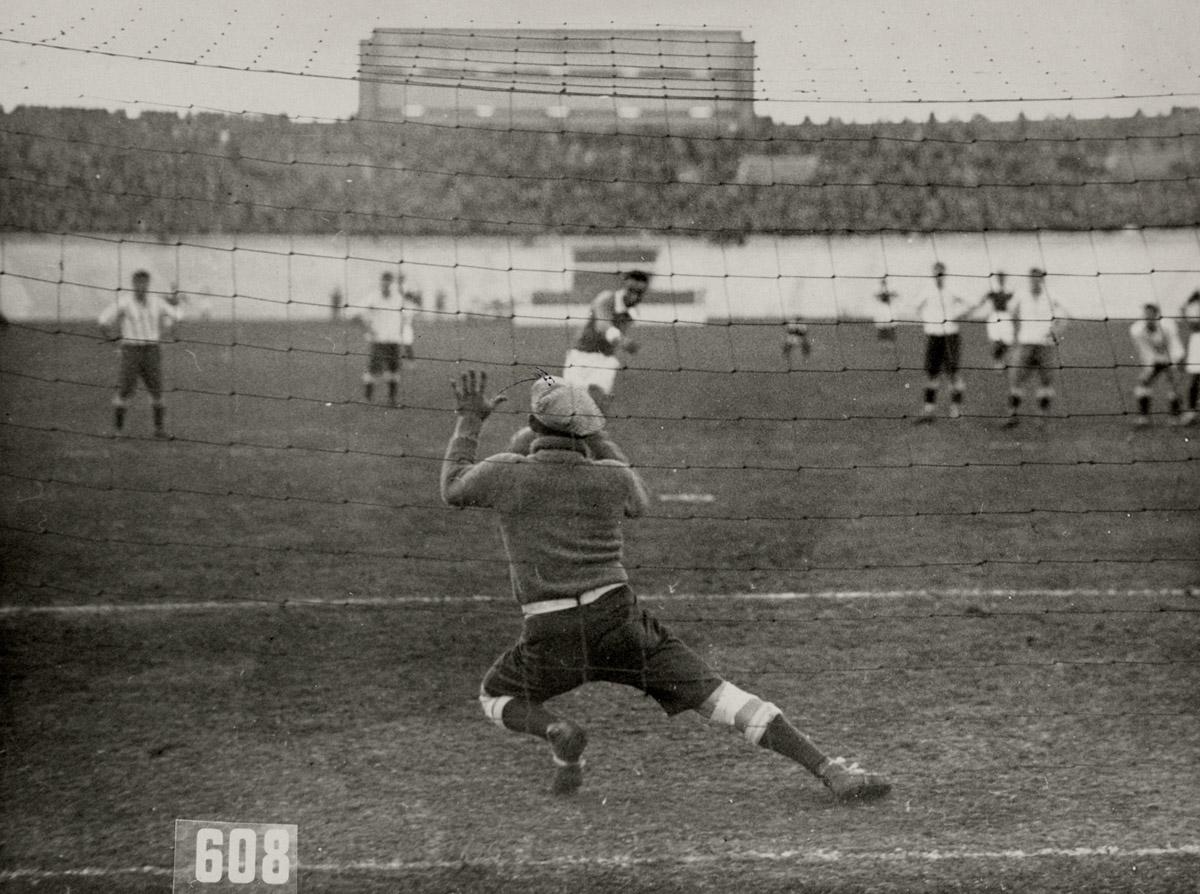 Олимпийские игры 1928. Матч между Аргентиной и Египтом 6-0. На фото Аргентинский вратарь.